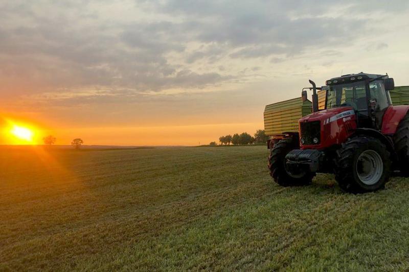 roter Traktor der Firma Methauer AGRO-AG