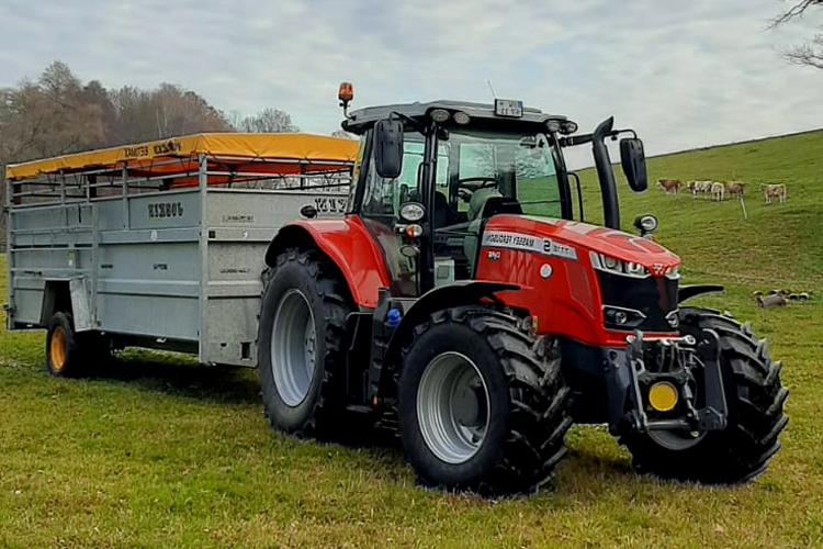 roter Traktor der AGRO-Fleischrind GmbH
